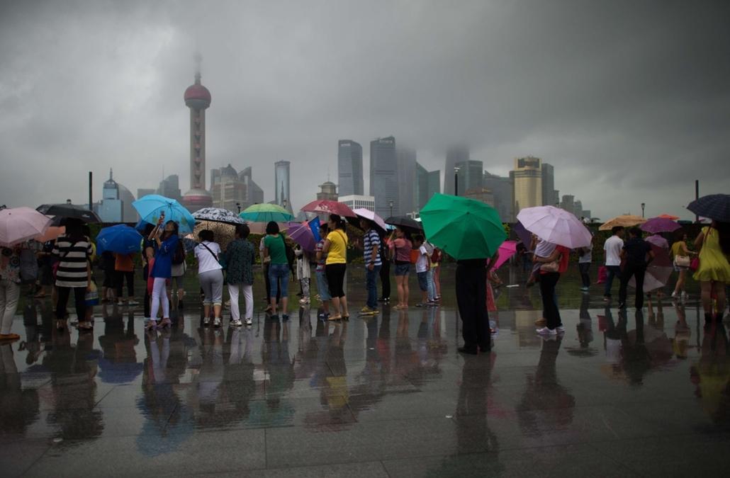 afp. nagyításhoz - esernyő - eső, időjárás, zivatar, vihar, Sanghaj, Kína, 2014.08.14.