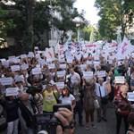 """Bajnai: """"már csak egy év, és a prágai gyors befut Budapestre"""" – tüntettek a Fidesz-székháznál"""