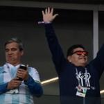 Maradona sajnálja, hogy a lelátón szivarozgatott