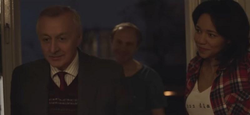 Az unokájáért angolul tanuló nagypapa az idei karácsony egyik sztárja - videó