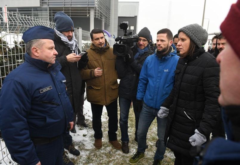 Blokád alatt a köztévé épülete, folytatódik a tiltakozás