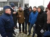 Blokád alatt a köztévé, egyre több ellenzéki politikus az épületben