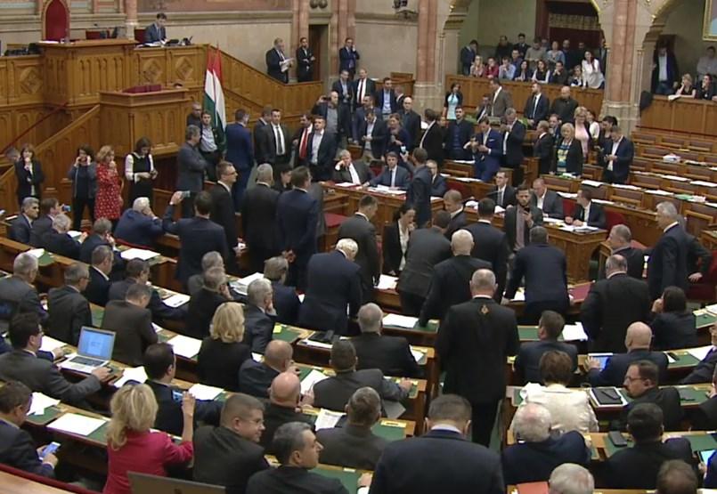 Rabszolgatörvény: botrány a parlamentben, a Fidesz megállás nélkül szavaz