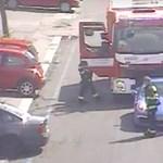 Tűzoltóautó előtt fékezett be a porschés, aztán kiszállt kötözködni – videó