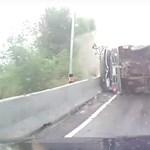 Elcsapta a teherautó a motorost, de még így járt a legjobban – videó