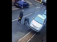 Videó: kemény, ahogy fényes nappal szedik ki a tolvajok a Toyota Priusokból a katalizátorokat