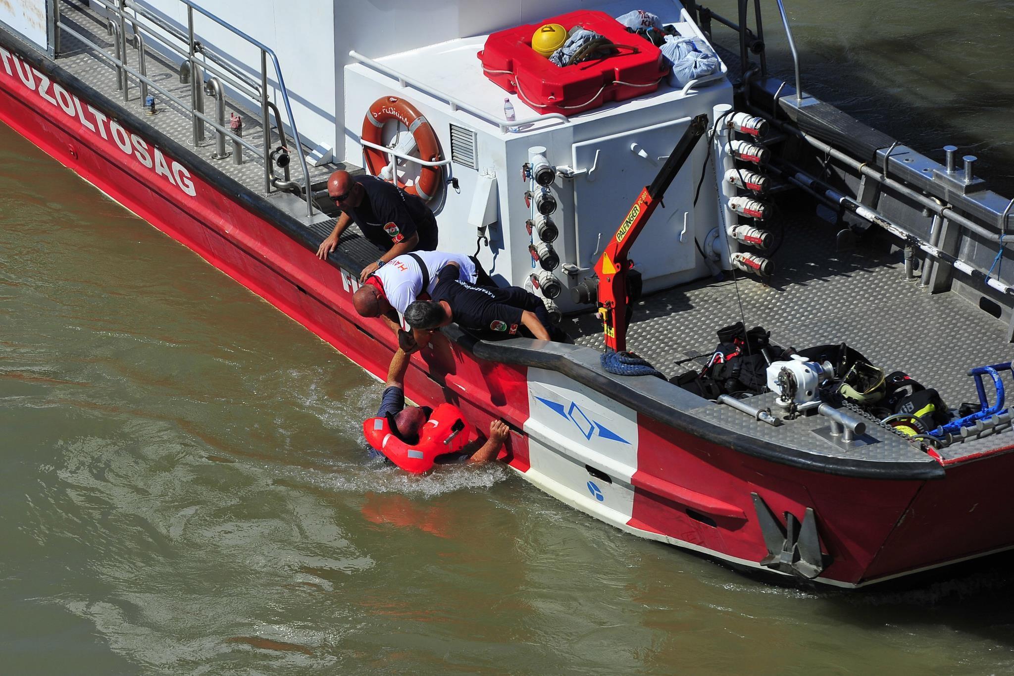 Vízbe esett szakembert mentenek ki a Dunából a balesetben elsüllyedt Hableány turistahajó roncsának kiemelésekor a Margit hídnál 2019. június 11-én