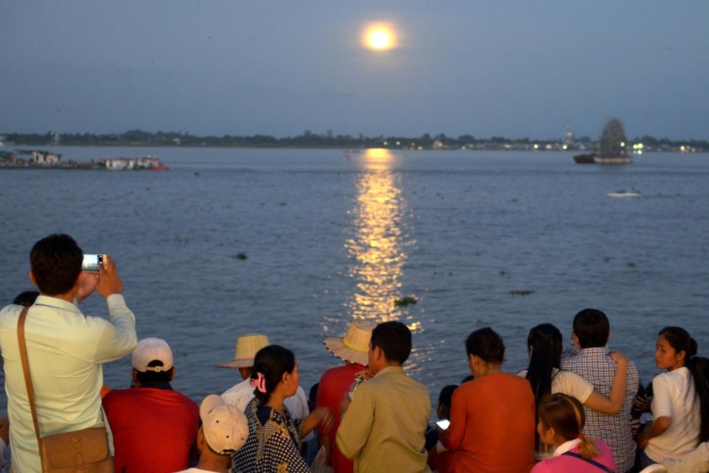 afp.16.11.14. - Phnom Penh, Kambodzsa: Érdeklődők a Mekong folyó partján. - szuperhold