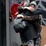 Megdöbbentő videós kísérletet: Saját anyánkat sem ismerjük meg, ha hajléktalan
