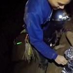 Újabb hírek a thaiföldi barlangban rekedt diákokról: négy fiút már kimentettek