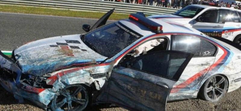Megtörtént: ilyen, amikor a felvezető autót törik össze alaposan