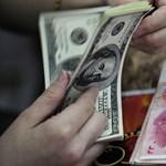 Ez lenne a válság megoldása? A dollárnak és az eurónak is gyengülnie kell