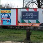 Fotó: Véletlenül választási buktát idéző módon plakátolták ki Orbánt