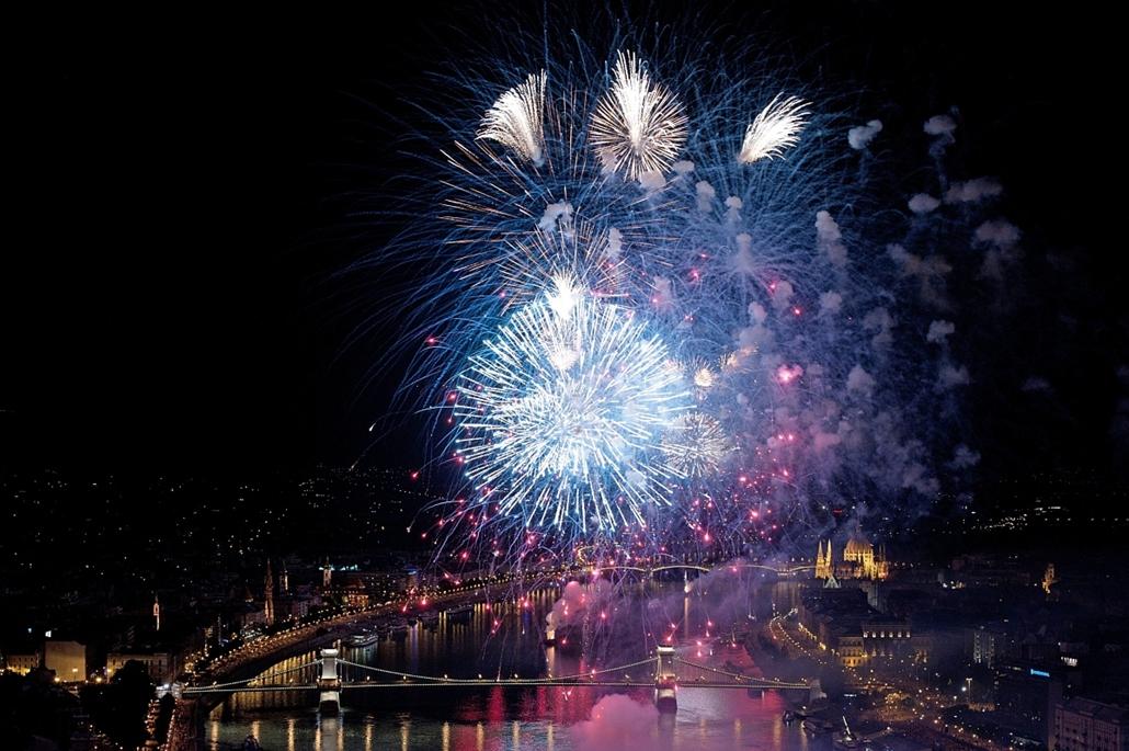 Ünnepi tűzijáték Budapesten.