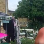 Zseniális átveréssel szívatja a gyorshajtó autósokat ez a brit nő – videó