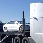 A nap videója: a Tesla villanykamionja szállítja a Tesla villanyautóit