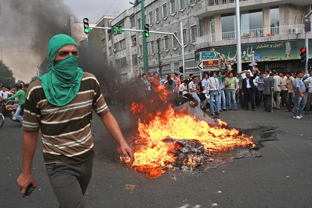 Az utcai harcokban legkevesebb három ember életét veszítette.