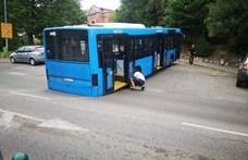 A nap fotói: fennakadt egy BKK-busz a Szent János Kórháznál