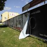 Fotók: Letépkedték a HVG plakátjait