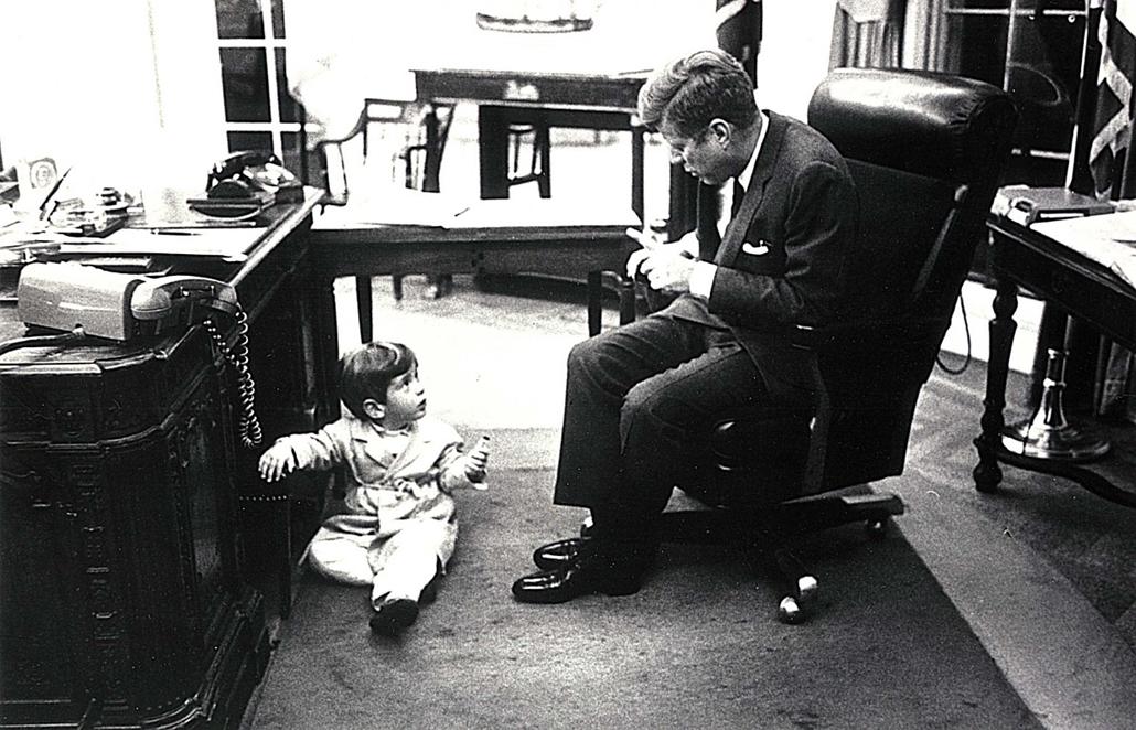 1963.10.14. - Washington, USA: Kennedy és fia a Fehér Ház Ovális Irodájában. - John F. Kennedy, John Fitzgerald Kennedy