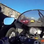 A nap videója: a motoros, aki elől minden autós lehúzódna a forgalomban