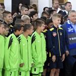 Fotók: talpig 2Rule mezbe öltözött gyerekek várták Orbán Viktort Szerbiában