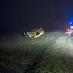 Fotók: Fejre állt egy mentőautó a késő esti ködben