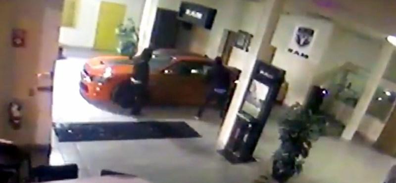 Szinte oktatóvideó, ahogy kilopták a kocsit a szalonból