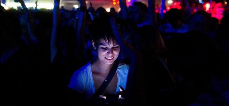 Meglepő adatok: a lányok körében gyakoribb az okostelefon-függőség