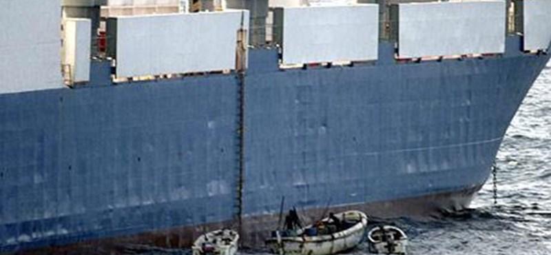 Kalózok raboltak el egy görög tankhajót Afrika partjainál
