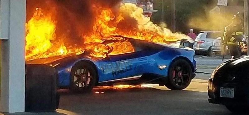 Videó: Szénné égett a benzinkúton egy Lamborghini Huracan