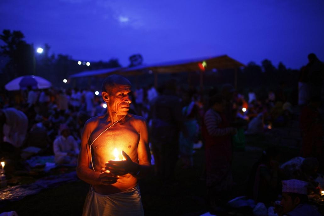 Nepáli férfi készüli a Kuse Aunsi fesztiválra, azaz hindu apák napjára.