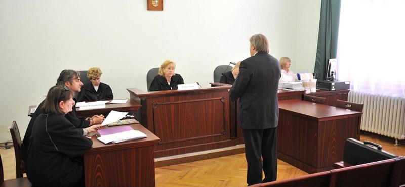 Képek: bíróság előtt a Károli Gáspár Református Egyetem volt rektora