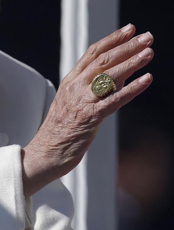 Lemond a Pápa, XVI. Benedek Pápa, Utolsó általános audencia, XVI. Benedek pápa keze az utolsó általános kihallgatásán a vatikáni Szent Péter téren 2013. február 27-én, a lemondása előtti napon.