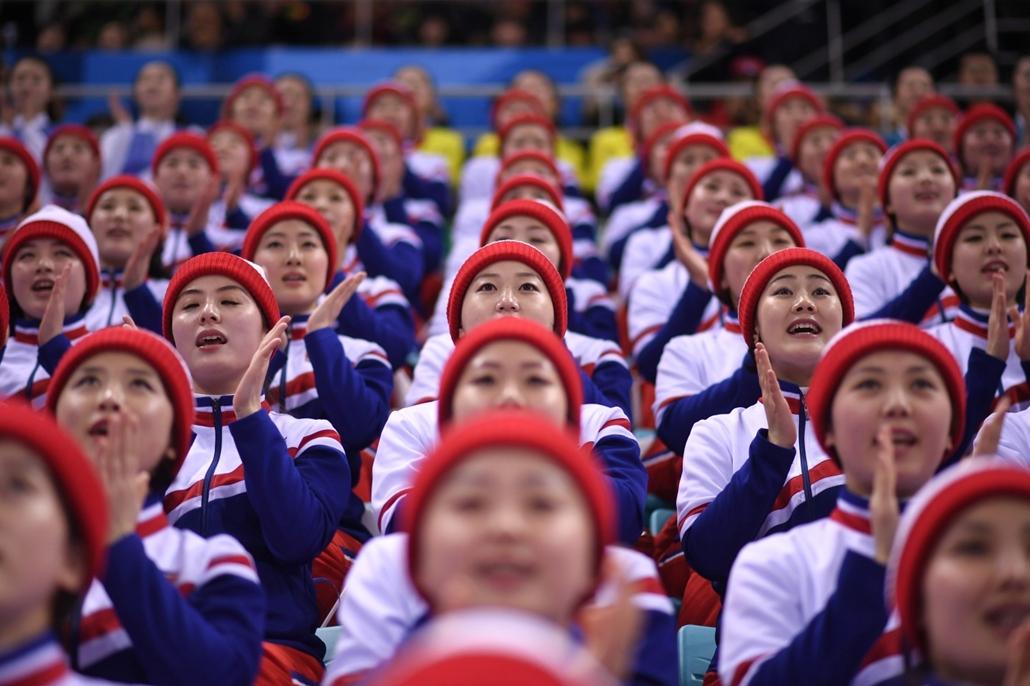 afp.18.02.15. - Phjongcshang, Dél-Korea: Észak-koreai pompomlányok a Dél-Korea - Csehország jégkorong elődöntőn a phjongcshangi téli olimpián Kangnungban 2018 februárjában. - napibest, téli olimpia