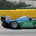 Szívszorító pillanatok: Mick Schumacher édesapja F1-es Benettonjában száguld