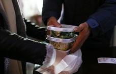 Nagy gyomrost ad a környezetnek az ételrendelések csomagolása