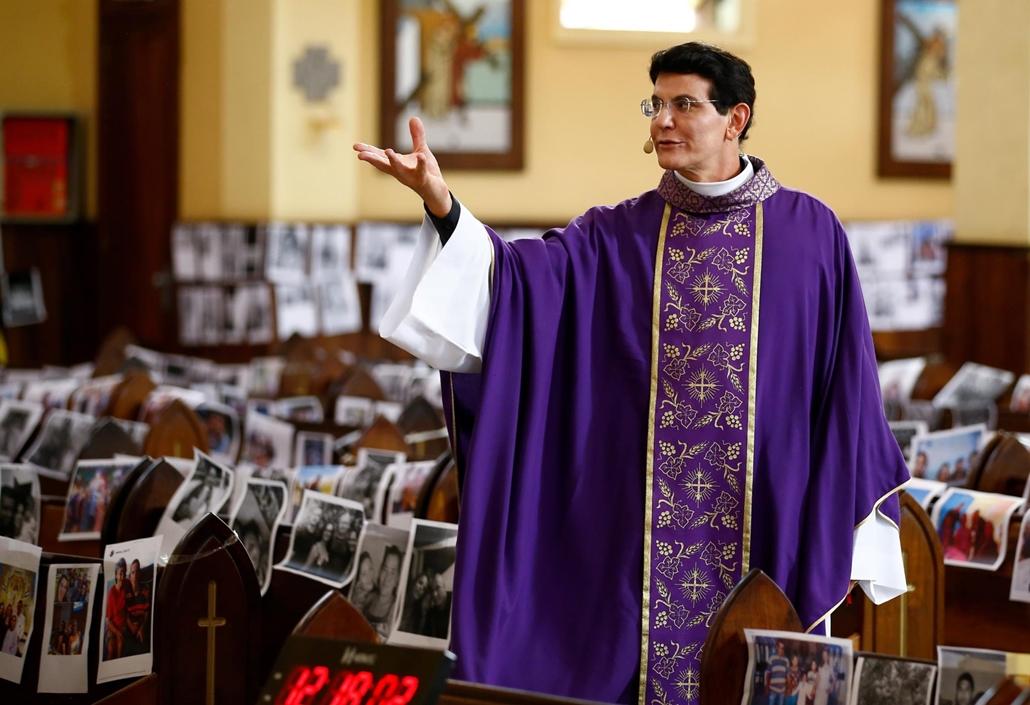 nagyítás - mti.20.03.22. Reinaldo Manzotti brazil pap misét tart a hívek fotóival borított templomi padsorok között a brazíliai Paraná állam fővárosában, Curitibában 2020. március 21-én. A koronavírus-járvány terjedésének megfékezése céljából Manzotti  az