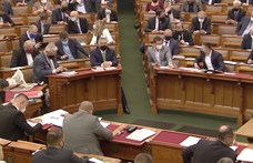 Új szokás a parlamentben: olyanok szavaznak a miniszteri válasz elfogadásáról, akik nem is hallották
