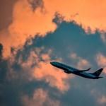 Kigyulladt egy mobil a Ryanair gépén, gumicsúszdán menekítették ki az utasokat – videó