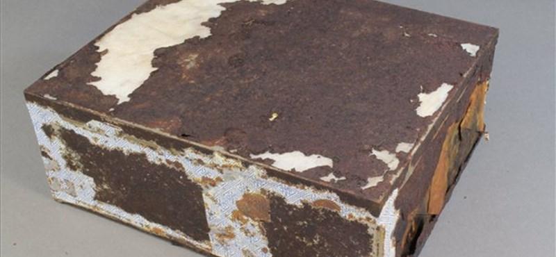 Bontatlan csomagolásban került elő a 106 éves gyümölcskenyér