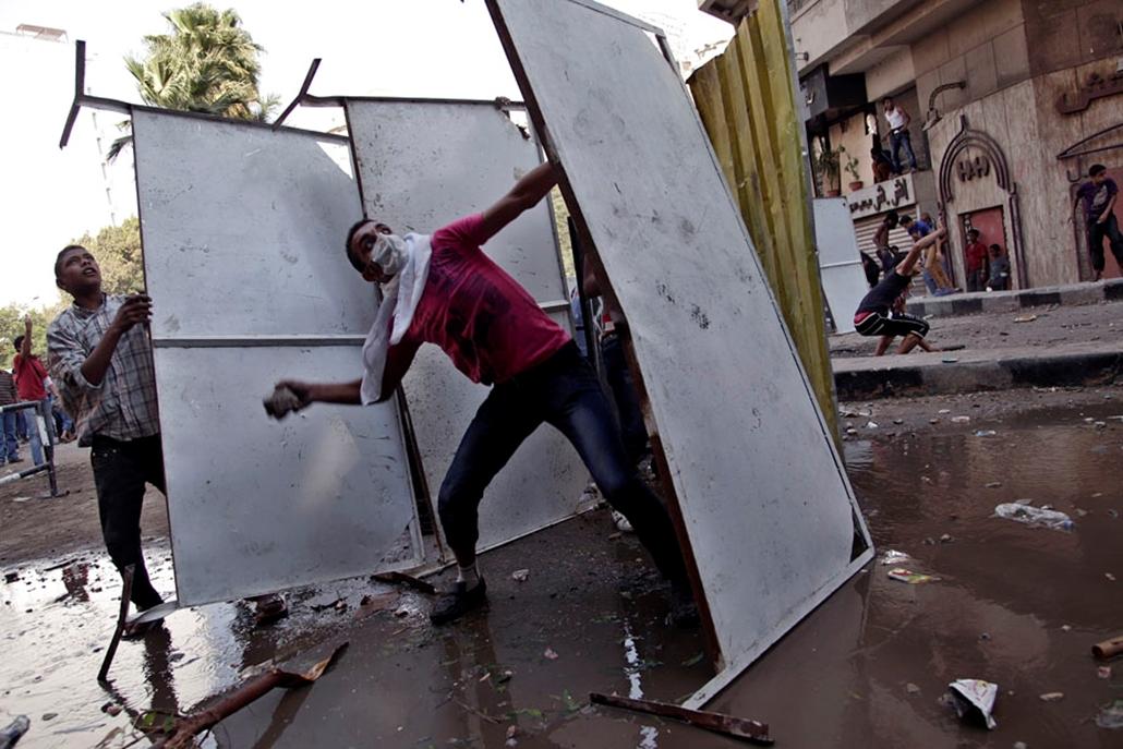 Egyiptomi tüntetők csapnak össze rohamrendőrökkel a kairói amerikai követség közelében , arab világ, tüntetések, mohammed próféta