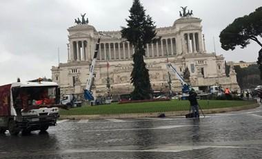 """Megvan Róma idei karácsonyfája, """"töröttke"""" – fotó"""