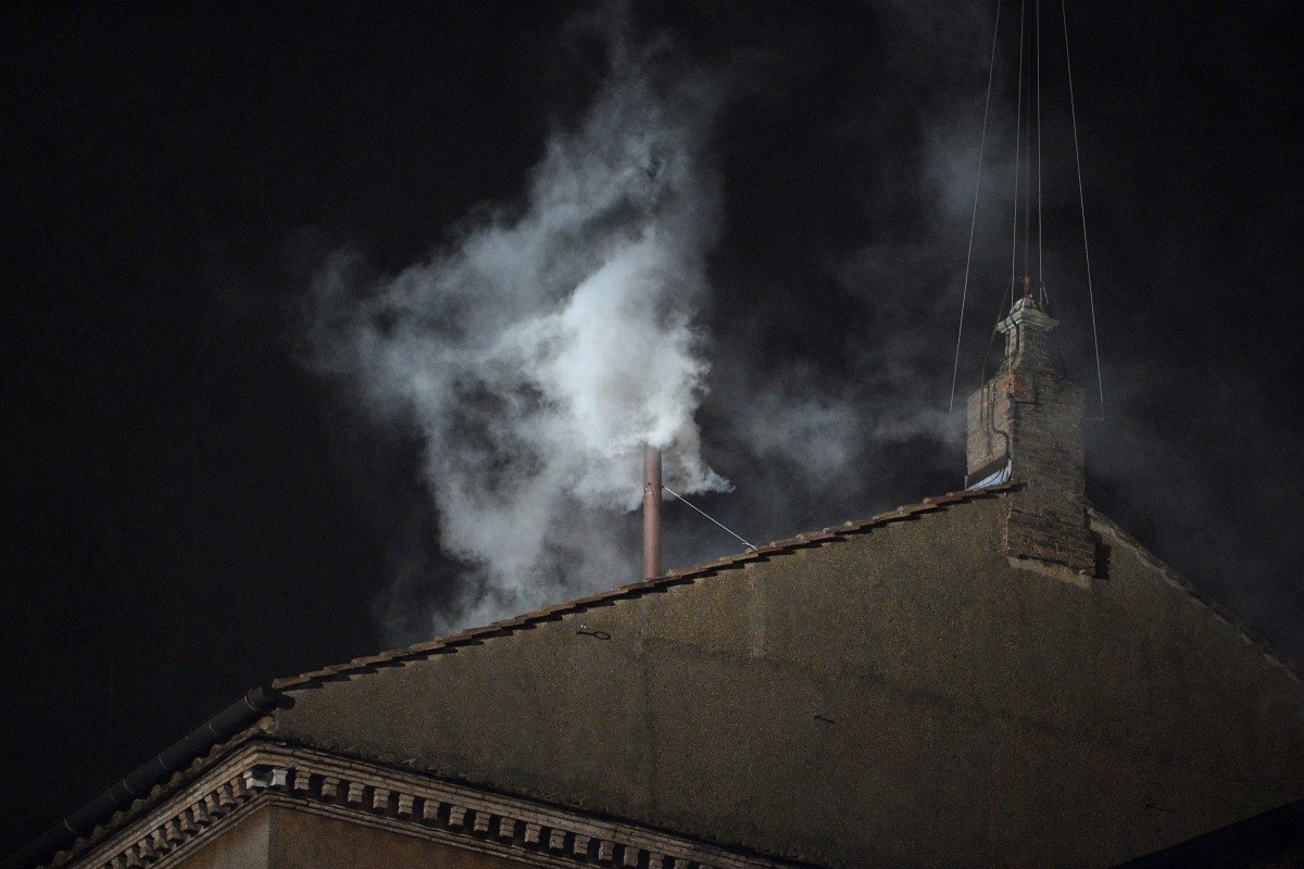 Fotó: fehér füst szállt fel, megvan az új pápa