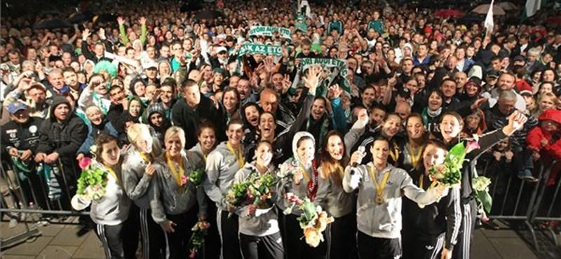 Fotók: így ünnepeltek a Győrbe hazatérő kézisek