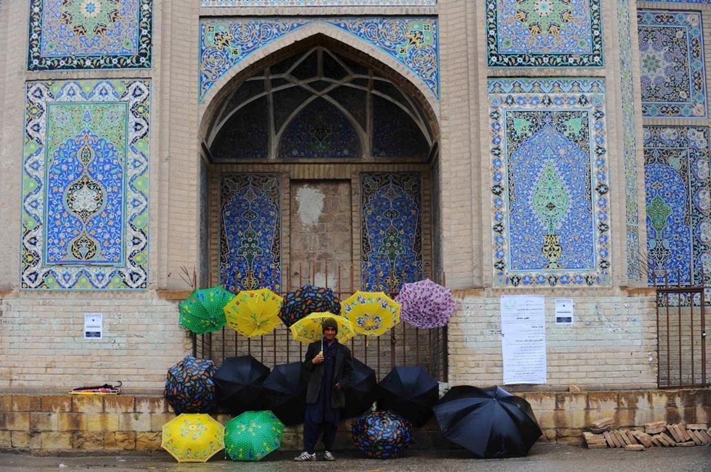 afp. nagyításhoz - esernyő - eső, időjárás, zivatar, vihar, Herat, Afganisztán, 2014.01.20.