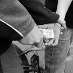 Uzsora a középiskolában: diákokat zsarolt egy 20 éves férfi