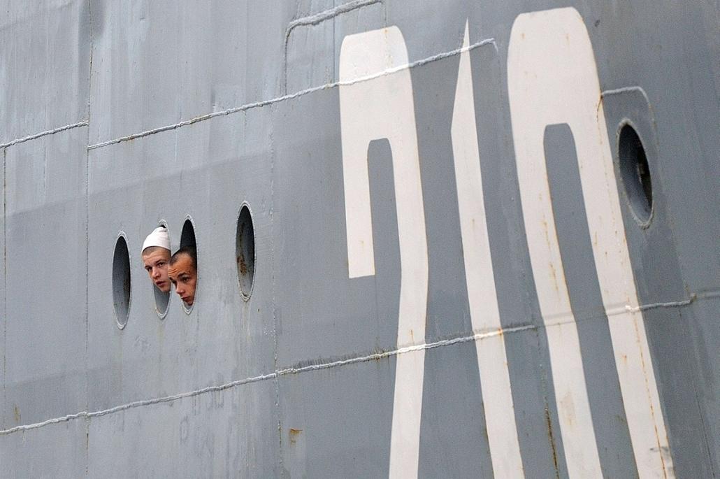 afp.14.06.30. - Saint-Nazaire, Loire-Atlantique, Franciaország: orosz tengerészek - 7képei - 400 orosz tengerész érkezett meg a franciaországi Saint Nazaire-be, ahol kiképzésen vesznek részt, hogy megtanulják, hogyan kell kezelni a francia Mistral hadihaj