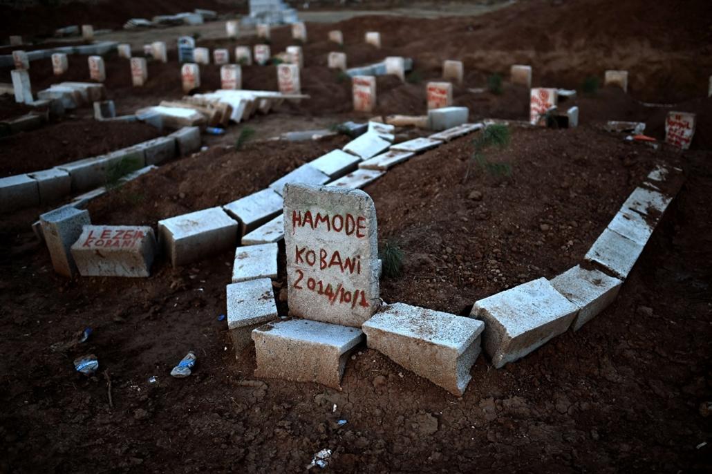 afp. hét képei - Suruc, Törökország, 2014.10.15. kurd sírok, This photo shows graves of Kurdish people killed fighting alongside People's Protection Units (YPG) against Islamic State (IS) jihadists for the control of the mainly-Kurdish Syrian key town of