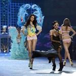 Fotó: erotikus pózban, félmeztelenül fetrengett Rihanna az öltözőben